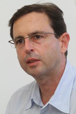 Plástico,  Bruno Dedomenici, irmão e sócio de Roberto, In Mold Labeling - Técnica começa a ganhar força no mercado nacional