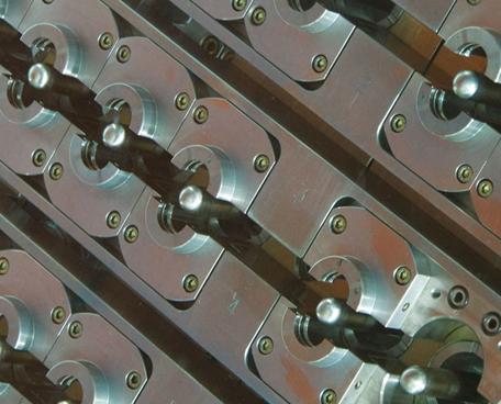 Plástico Moderno, Moldes - Fabricantes de porta-moldes e componentes marcam presença e ganham destaque