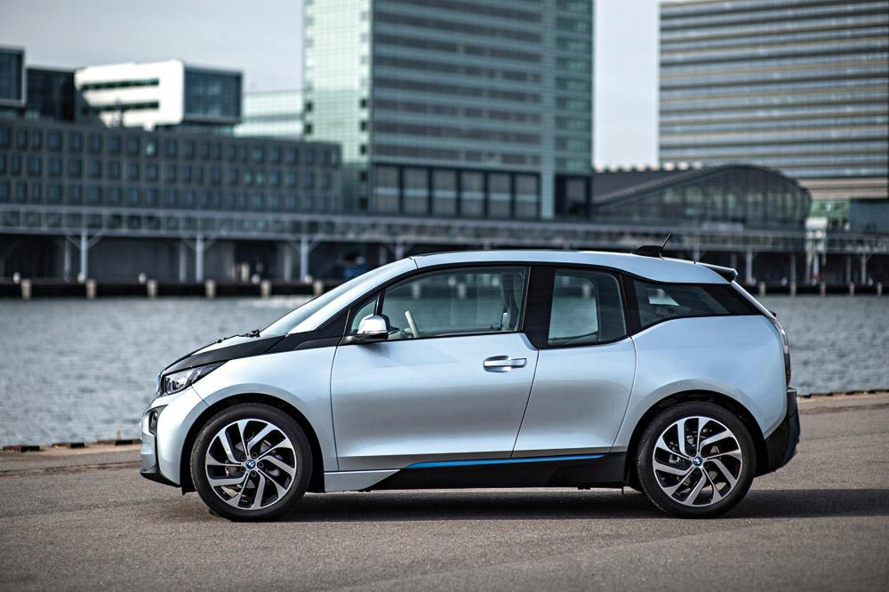 Plástico Moderno, O carro elétrico BMW i3 tem corpo feito de plástico reforçado com fibra de carbono, recoberto por peças plásticas coloridas