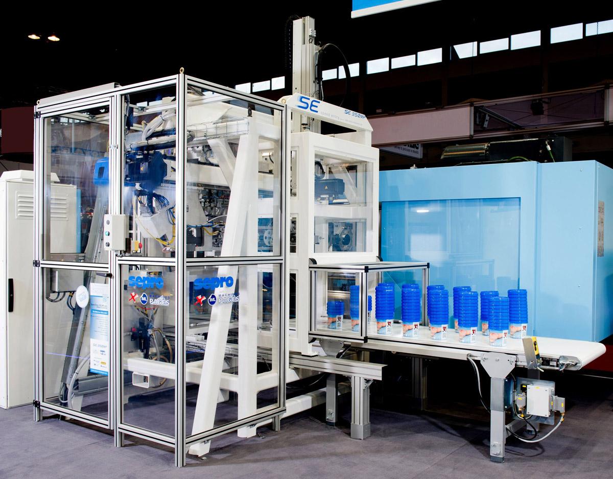 Plástico Moderno, Robô lateral da Sepro acoplado a uma injetora