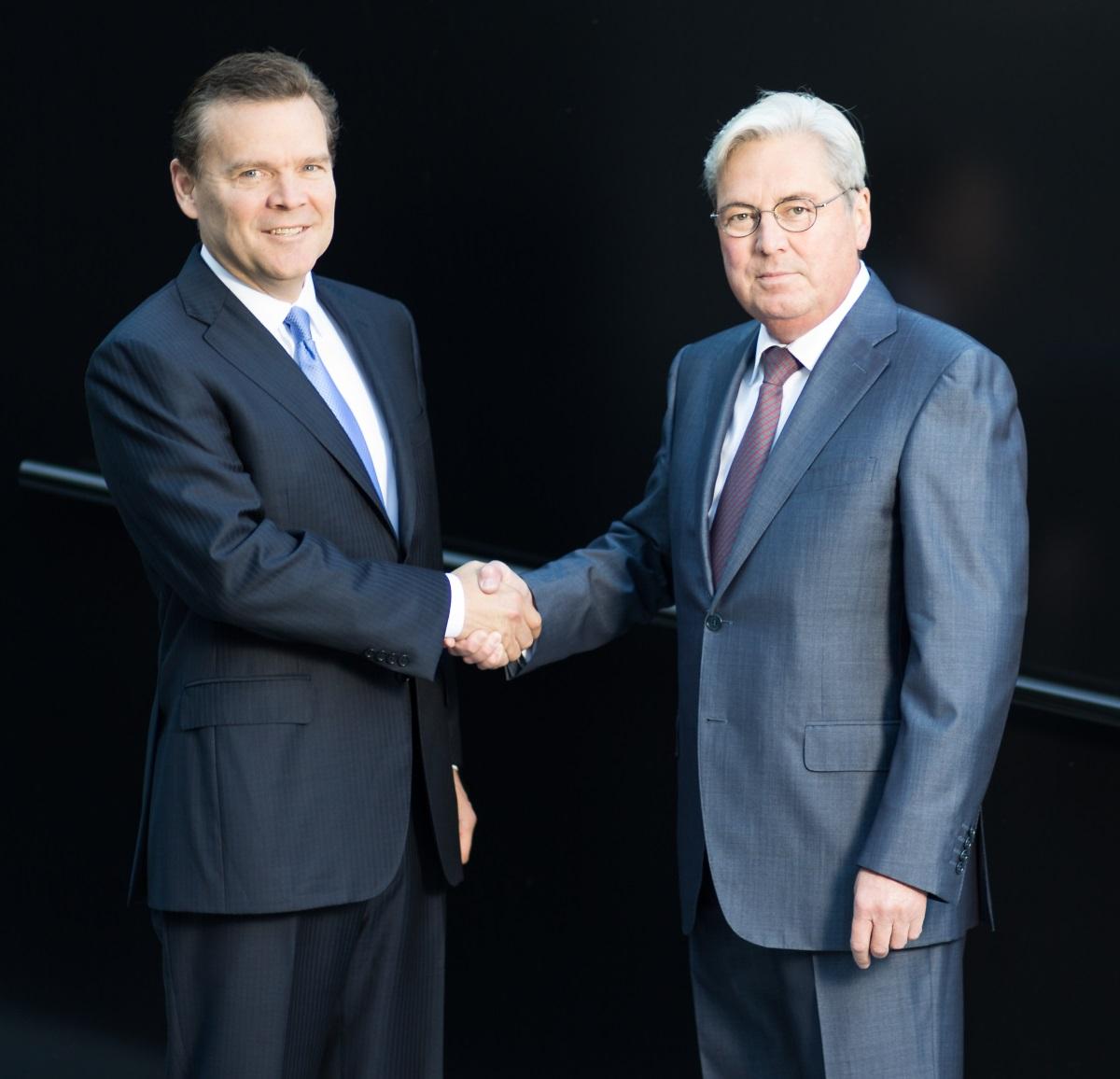 Plástico Moderno, Peter Huntsman (esq.) e Hariolf Kottmann firmaram o acordo
